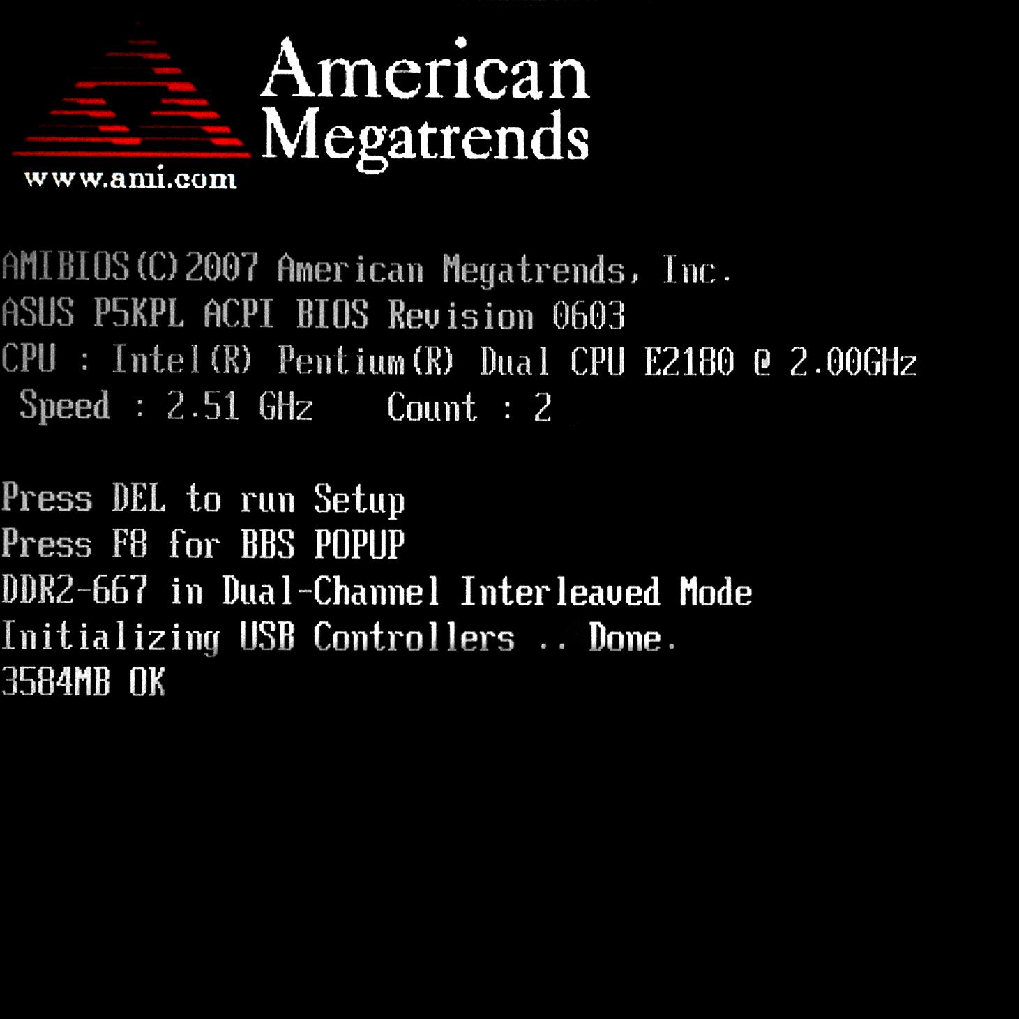 Черный экран монитора с надписями на английском языке